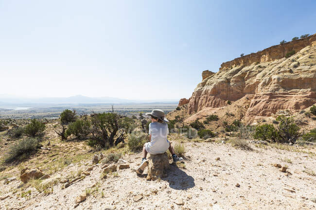 Young boy hiking on Chimney Rock trail, through a protected canyon landscape — Stock Photo