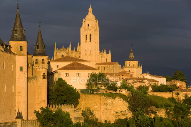 Vista exterior del Alcázar de Segovia, un castillo medieval, por la noche - foto de stock