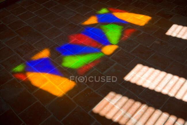 Закрыть цветной свет отраженный через витражи — стоковое фото
