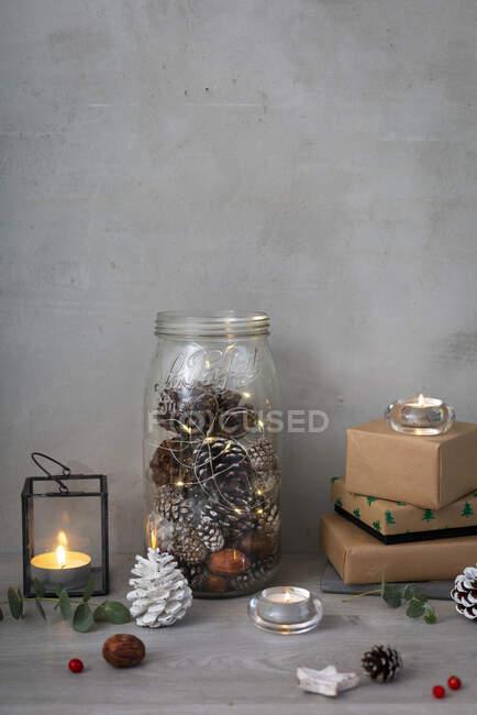 Décorations de Noël, gros plan des décorations de Noël, cadeaux, lampes à thé et cônes de pin. — Photo de stock