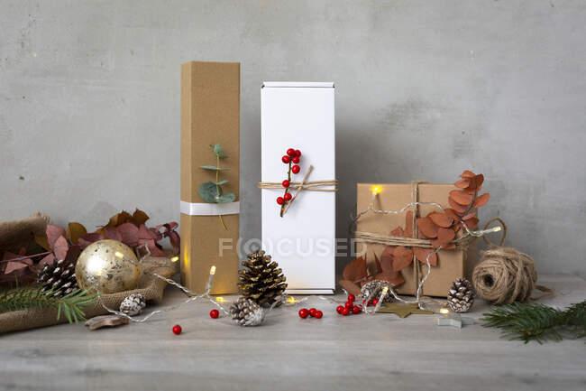 Addobbi natalizi, primo piano di decorazioni natalizie dorate, regali e pigne. — Foto stock