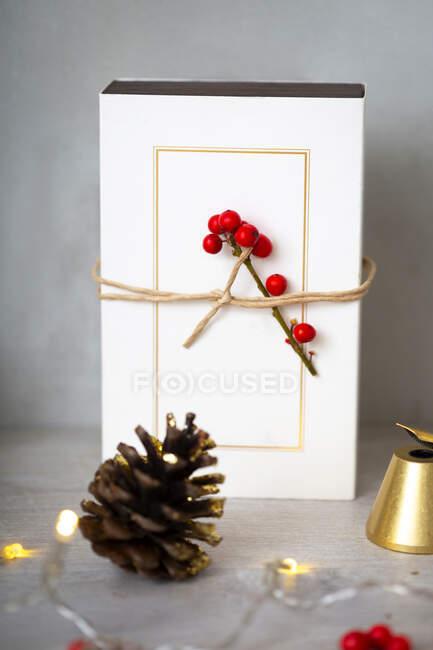 Décorations de Noël, gros plan de décorations de Noël dorées, cadeaux et cône de pin. — Photo de stock