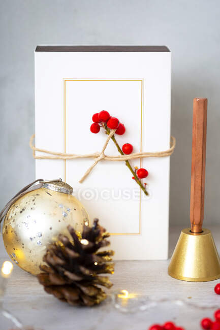 Різдвяні прикраси, золоті різдвяні прикраси, подарунки та сосновий конус.. — стокове фото