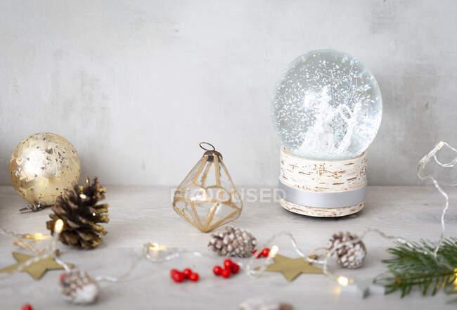 Vista da vicino delle decorazioni natalizie e della sfera di neve. — Foto stock