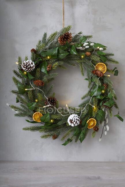 Weihnachtsschmuck, Nahaufnahme des Weihnachtskranzes mit Ornamenten. — Stockfoto