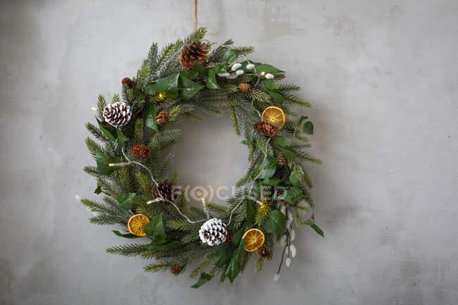 Décorations de Noël, gros plan de la couronne de Noël avec des ornements. — Photo de stock