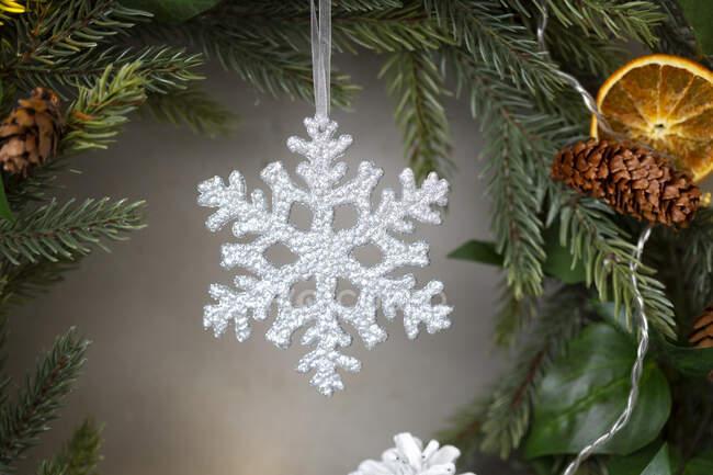 Addobbi natalizi, primo piano del fiocco di neve bianco sulla corona di Natale. — Foto stock