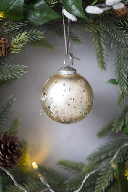 Décorations de Noël, gros plan de boule d'or sur la couronne de Noël. — Photo de stock