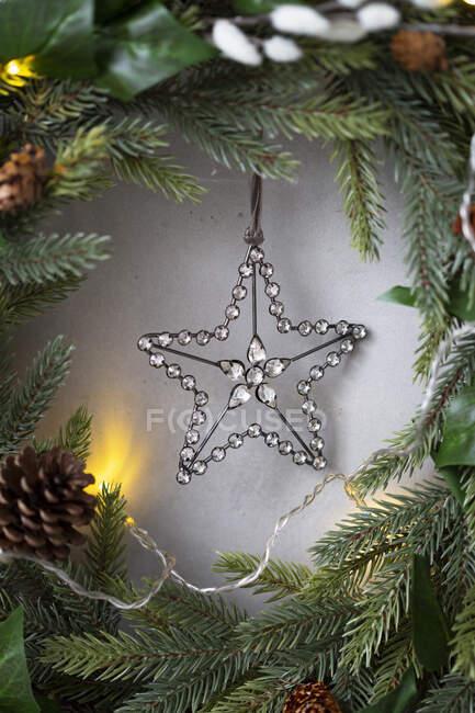 Décorations de Noël, gros plan de l'étoile d'argent sur la couronne de Noël. — Photo de stock