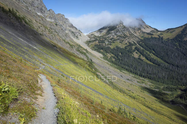 View of the Pacific Crest Trail through vast alpine valley and meadow, autumn — Stock Photo