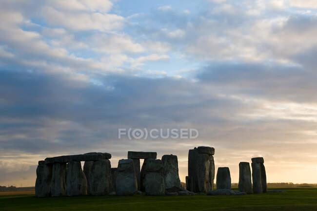 Закат в Стоунхендже, доисторическом памятнике в Уилтшире, Англия — стоковое фото