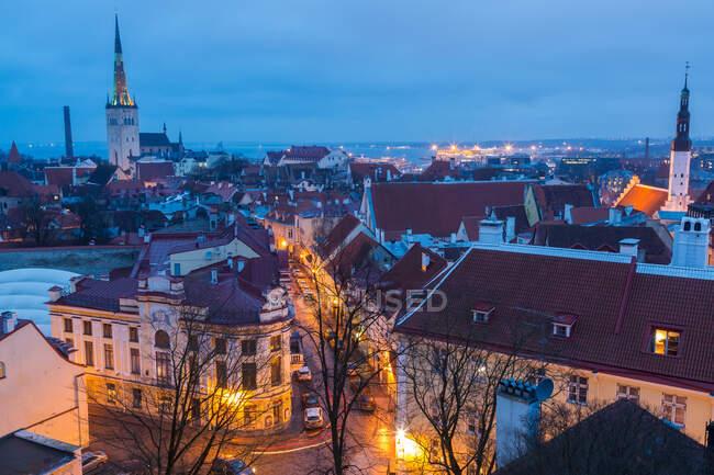 Vista del casco antiguo al atardecer, desde Toompea, Tallin, Estonia - foto de stock