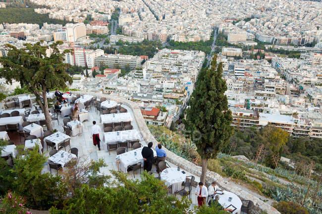 Al Fresco Comedor con Vista, Restaurante Orizontes, Cerro Lykavittos Atenas, Grecia - foto de stock