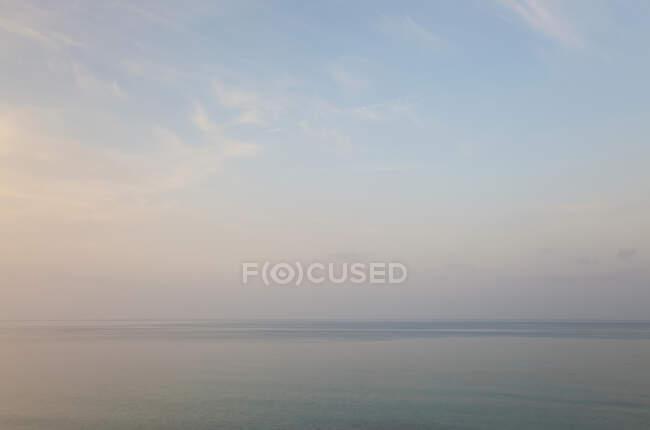 Ciel et mer, à l'aube, île Symi, îles Dodécanèse, Grèce — Photo de stock