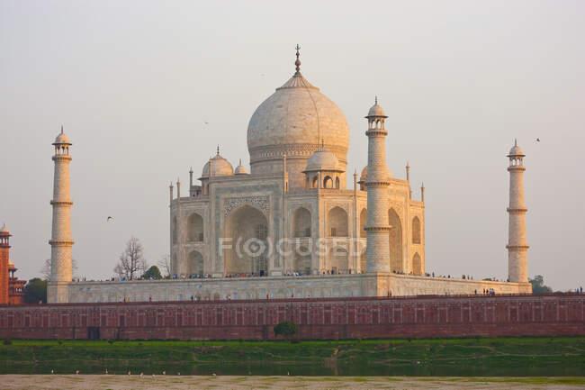 Taj Mahal on the banks of the River Yamuna, Agra, India — Stock Photo