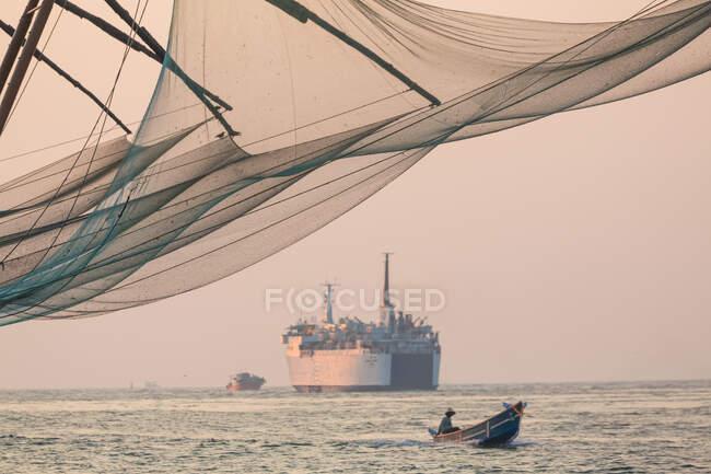 Fishing boat and Chinese Fishing nets, Fort Kochi, Cochin — Stock Photo