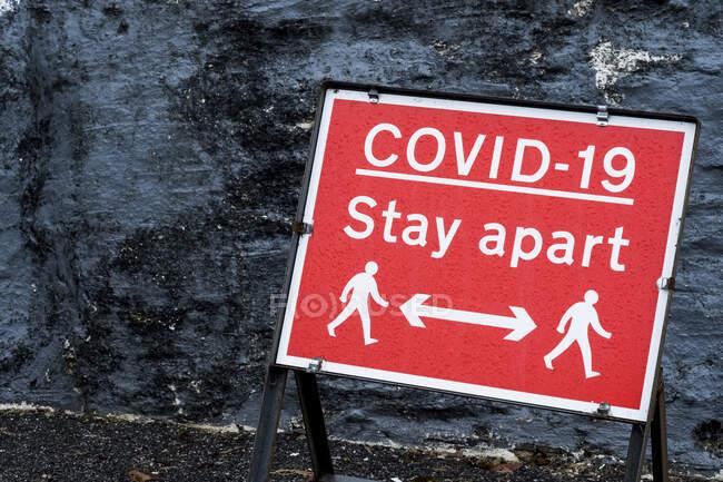 Gros plan du panneau de distance Covid-19 rouge et blanc. — Photo de stock