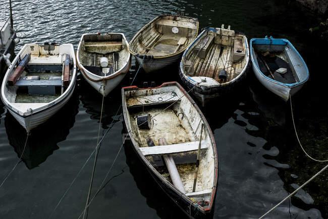 Vista de alto ângulo dos barcos de pesca atracados no porto. — Fotografia de Stock