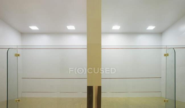 Внутрішній сквош із скляними стінами та маркуваннями.. — стокове фото