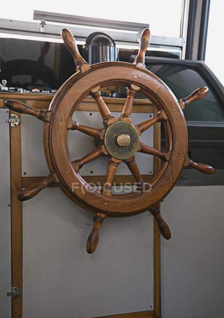 Volante in cabina barca. — Foto stock