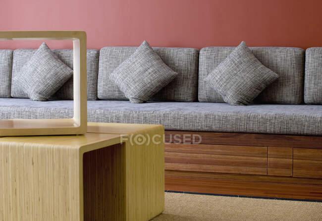 Столовая с подушками и журнальным столиком. — стоковое фото