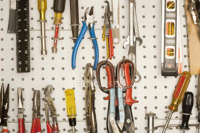 Плетеня з інструментами.. — стокове фото