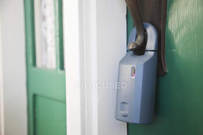 Cadeado na porta da frente com porta não segura — Fotografia de Stock