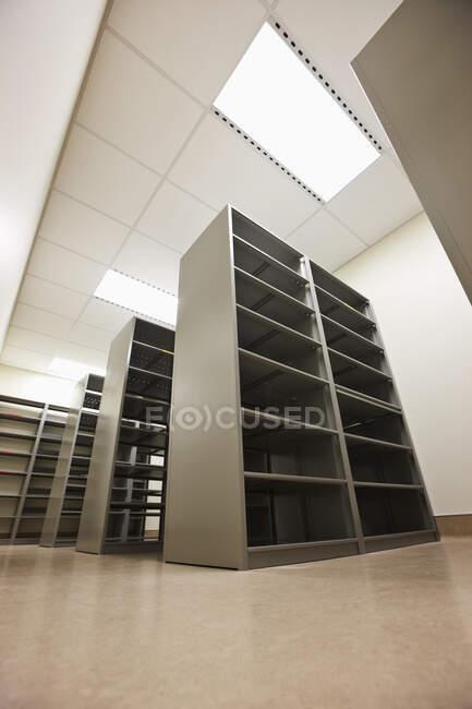 Vista en ángulo bajo de torres de servidores o estanterías - foto de stock