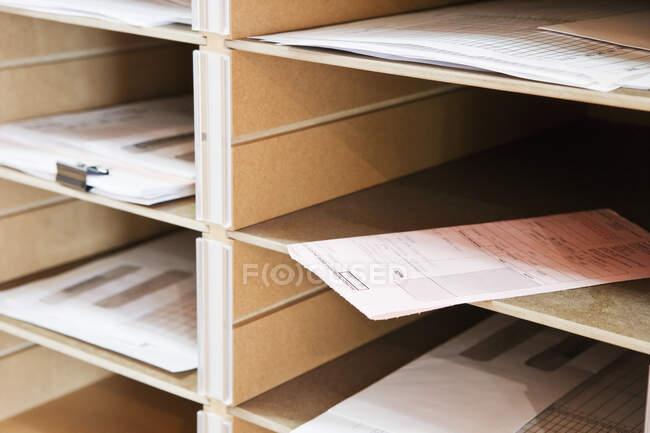 Документы в голубиных норах, сообщения — стоковое фото