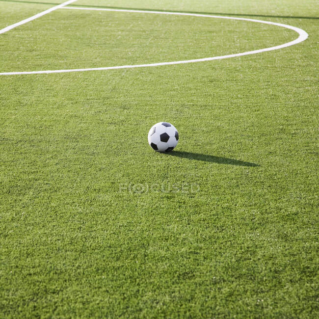 Футбольний м'яч на футбольному полі. — стокове фото