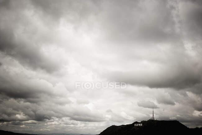 Nuvens de tempestade cinzentas em um céu instável — Fotografia de Stock