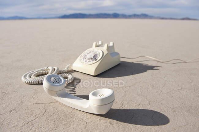 Telefono vintage su piatto di sale. — Foto stock