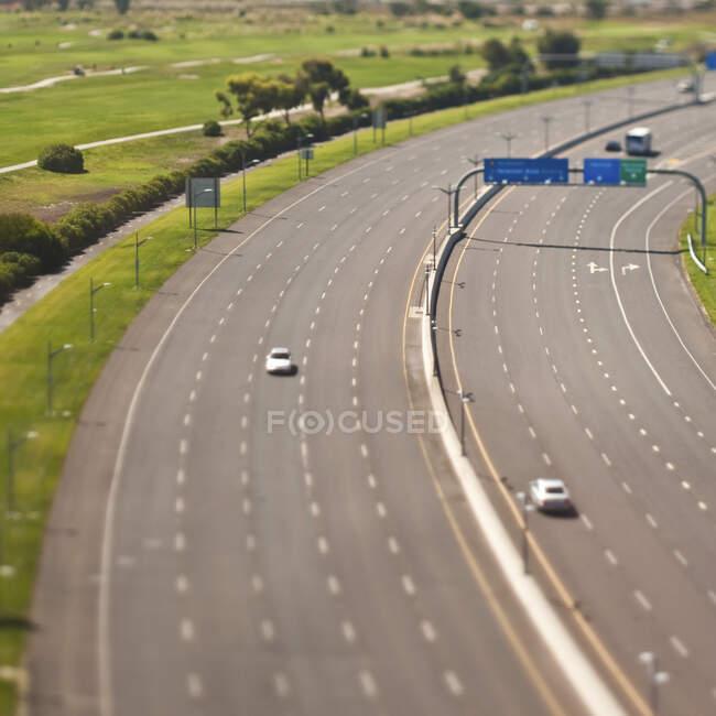 Шоссе с автомобилями и полем для гольфа, вид с воздуха — стоковое фото