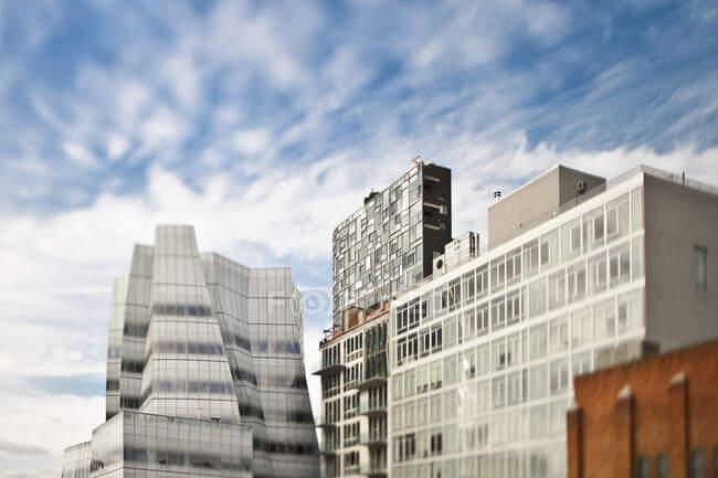 Condomini in città, vista sull'angolo basso — Foto stock