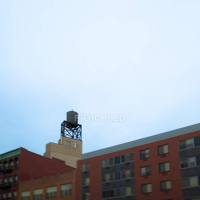 Palazzina con torre d'acqua in cima. — Foto stock