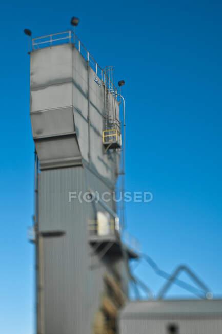 Бетонна вежа проти синього, з низьким кутом зору. — стокове фото