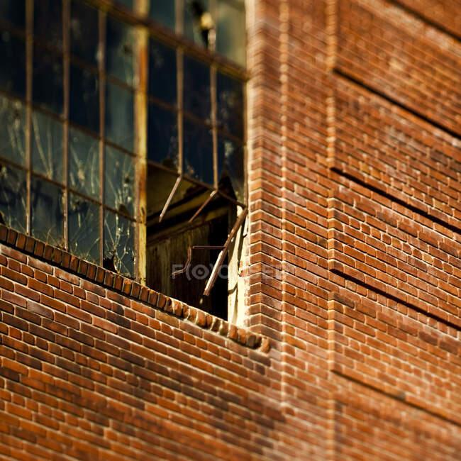 Стіна цегли і розбите вікно. — стокове фото