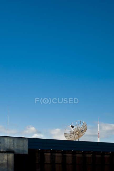 Parabólica encima de un edificio. - foto de stock
