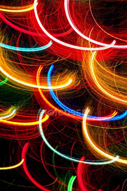 Абстрактные светлые дорожки на темном фоне. — стоковое фото