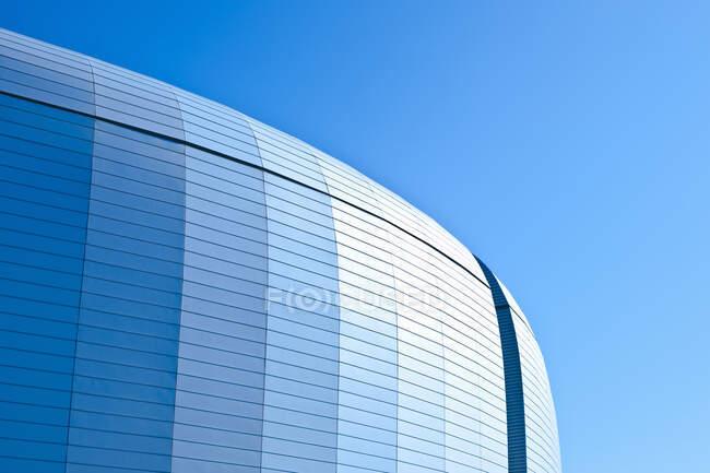 Tetto curvo di un edificio moderno in metallo. — Foto stock