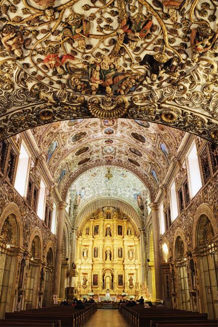 Interior adornado y techo decorado de una iglesia. - foto de stock
