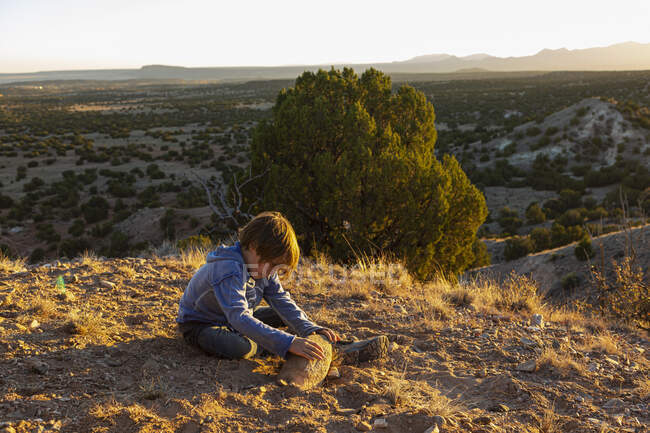 Young boy playing in Galisteo Basin — Stock Photo