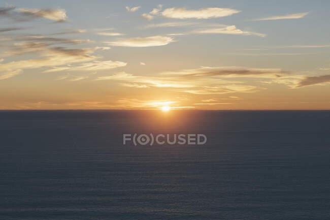 Coucher de soleil sur un vaste océan au crépuscule, Manzanita, Oregon — Photo de stock