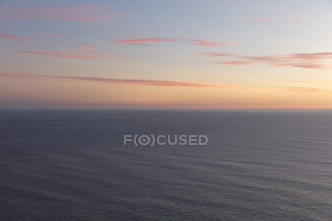 Vaste océan et ciel au crépuscule, Manzanita, Oregon — Photo de stock