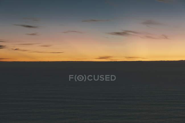 Темный океан в сумерках, Манзанита, Орегон — стоковое фото