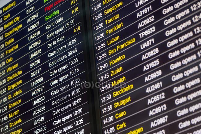 Tablero de salida, Aeropuerto de Heathrow, Londres, Reino Unido - foto de stock