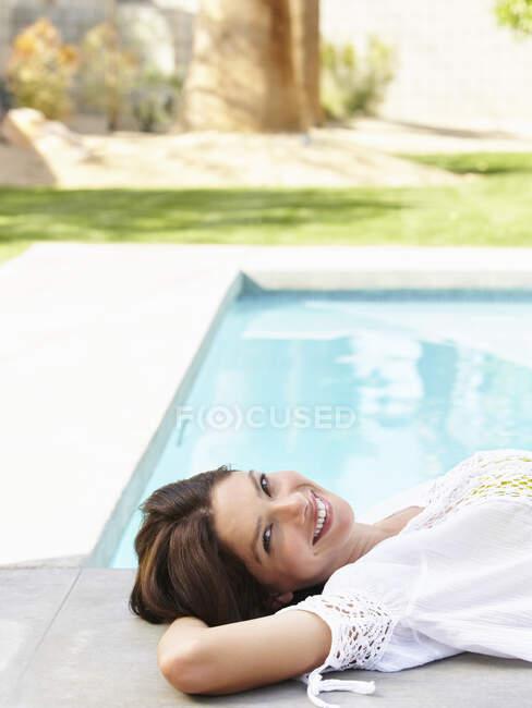 Mulher hispânica jovem em uma camisa branca sobre seu biquíni. — Fotografia de Stock