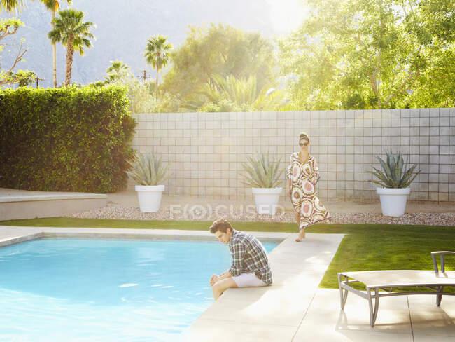 Молоді чоловіки і жінки проводять час біля басейну. — стокове фото