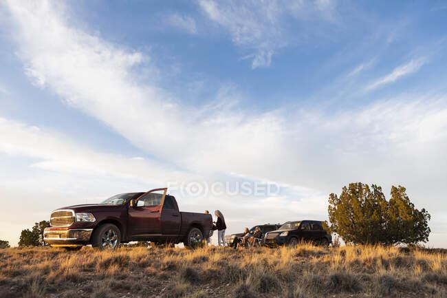 Семейное времяпрепровождение у внедорожника, Бассейн Галео, Санта-Фе, штат Нью-Мексико. — стоковое фото
