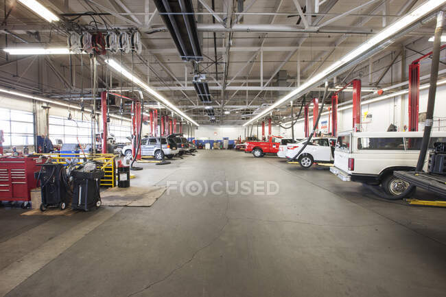 Rows of cars and trucks in auto repair shop — Stock Photo